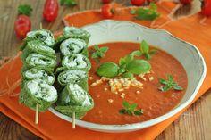 Pomidorowa po włosku to ciekawa alternatywa dla tej tradycyjnej zupy. Bazyliowe naleśniczki idealnie do niej pasują!