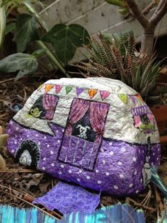 Garden rock art ideas fairy houses 50 ideas for 2019 Pebble Painting, Pebble Art, Stone Painting, Rock Painting Ideas Easy, Rock Painting Designs, Stone Crafts, Rock Crafts, Rock And Pebbles, House On The Rock
