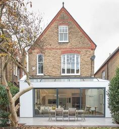 This London location house is a light and spacious Victorian family home in Putney with contemporary decor. Orangerie Extension, Extension Veranda, Glass Extension, Roof Extension, Extension Ideas, Interior Exterior, Exterior Design, Putney London, Balkon Design
