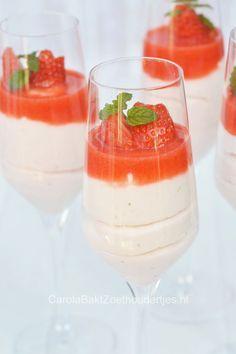 Aardbeien bavarois met aardbeien coulis een recept van de Belgische chef Roger van Damme.