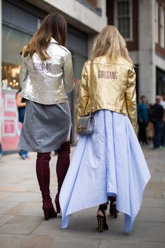 You haven't the perfect matching outfit. Wear a girl squad jacket and your directly matching. Find here 10 other looks for the perfect girl squad.