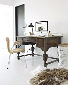 Elegant home office with an large old wooden desk, a modern leather chair, a paper bag and a fur. Wood Interiors, Office Interiors, Interior Office, Design Interiors, Modern Interior, Home Office Design, Home Office Decor, Office Designs, Office Ideas