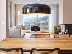 Eyecatcher im Essbereich ist die Hängeleuchte Smithfield, Design Jasper Morrison, von Flos.