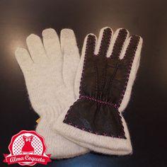 Dale un toque diferente a tu look con este guante de lana en color crudo con el dorso en piel marrón oscuro pespunteado en fucsia #guantes #fashion #retro  #granate #marron #almacoqueta #leonesp #invierno #piel
