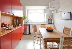 Apê mistura estilo rústico e cores na decoração