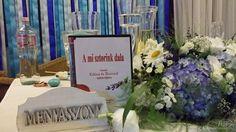 Esküvői dekoráció: kék-türkiz, meglepetésdal a főasztalon