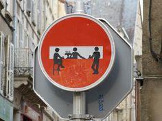 Interveción urbana del artista Clet Abraham. En Poiters, Francia.