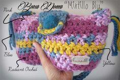 """Borsa per donna con tracolla lavorata a crochet. Bottone di chiusura fatto a mano all'uncinetto.Abbinala agli orecchini Donna """"Mirtillo Blu""""!"""