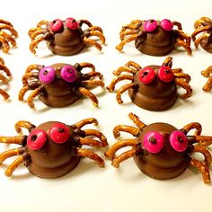 Halloween chocolate pretzel spiders using Arnotts Royal cookies as the base. Halloween Pretzels, Halloween Chocolate, Halloween Goodies, Halloween Spider, Halloween Art, Free Candy, When I Grow Up, Lorraine, Spiders