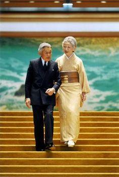 皇居・宮殿内に立つ天皇、皇后両陛下=皇居・宮殿で2014年10月1日午後3時頃(宮内庁提供) ▼20Sep2014毎日新聞|皇后さま、80歳 「争いの芽摘む努力を」 http://mainichi.jp/shimen/news/20141020ddm001040177000c.html #Emperor_Akihito #Empress_Michiko