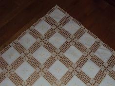 Eu não disse que estava outro trabalho a caminho, cá está. É uma toalhinha com quadrados de linho e croche, dá para uma mesa redonda, ou ...