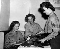 Marine women's reserve Thanksgiving dinner, 1943