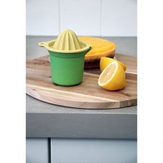 Zuperzozial juicer 100% biodegradable bamboo and corn fibers in the yellow / green