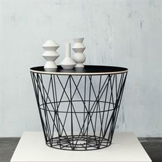 Der wire basket metallkorb von ferm living ist luftiges objekt im the beautiful interlinked geometric shapes can hold all kinds of objects and with the fitted wooden top they turn into side tables wire baskets greentooth Images