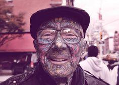 Rarisimo ver a un ancianito con tatuajes... y menos así... grotesco