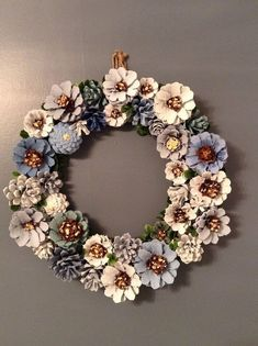 Déco de Noël DIY ou pourquoi fabriquer sa propre déco est cool Pine Cone Flower Wreath, Floral Wreath, Pinecone Decor, Pinecone Crafts Kids, Adult Crafts, Easy Crafts, Arts And Crafts, Pine Cone Art, Pine Cone Crafts