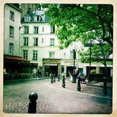 (Re-)visitez Paris ! : Une place pittoresque au coeur du 5e arrondissement, où l'on se croirait au 19e siècle (commerces mis à part !) http://www.appartonaute.com/place-de-la-contrescarpe/ - #Chasseur_Dappartement, #Immobilier, #Paris