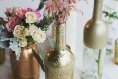 DIY-deco-mariage-pas-chere-vases-bouteilles-pailletées