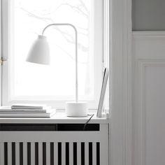 Lightyearsin Caravaggio Read -pöytävalaisin sopii niin yöpöydälle, työpöydälle kuin senkinkin päälle. Valaisimen jalka kääntyy 260 astetta, ja sen varjostin on helppo taivuttaa haluttuun asentoon.