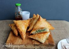 Spinach and Ricotta Triangles. Quick and easy family food. Perfect entertaining food or a vegetarian dinner for the family served with a salad. Fresh Spinach Recipes, Veggie Recipes, Beef Recipes, Vegetarian Recipes, Cooking Recipes, Cooking Kale, Tapas, Puff Pastry Recipes, Puff Pastries