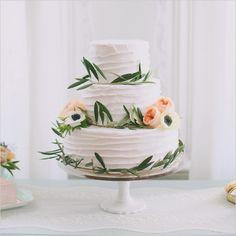 Nydelig enkel og dekorativ bryllupskake