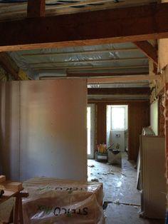 30. Juni 2015 - Die Isolationsarbeiten im Dachgeschoss sind abgeschlossen. Das Gipser-Team wird nun die Zimmer erobern. Bereits erst Stellwände wurden hochgezogen.