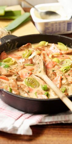 Möhren-Lauch-Geschnetzeltes Prepared in 15 minutes and simply heavenly in taste: We refine our carrot and leek slices with juicy roasted turkey meat and a creamy cream cheese sauce. So cooking is fun even after a long day! Low Carb Recipes, Healthy Recipes, Good Food, Yummy Food, Food Design, Food Inspiration, Clean Eating, Food Porn, Dinner Recipes