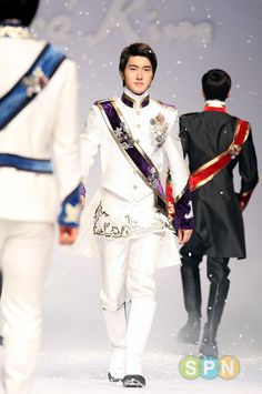 Siwon ffrom Andre Kim's Fashion Show.  Now, see, I could never pull this look off.
