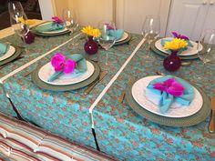Receber para um jantar ou almoço com esses caminhos vai tornar a experiência do seu convidado algo muito especial. Uma mesa linda e bem preparada só mostra o quanto ele é querido e como a casa foi pregada para recebê-lo!! Você que adora receber, tenha esses caminhos para te ajudar :) <br>Caminho de mesa lindo, alegre e chique (cor da Tiffanys) em tricoline 100% algodão. Medida de 1,40 x 0,45. <br>Sugestão de uso: mesas retangulares que tenham até 1,20 de largura para uso na transversal como…