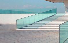 Implementación de barandillas con vidrio fotovoltaico de Onyx Solar, en un hotel de Nápoles, en colaboración con Enel Green Power. Vidrio de silicio amorfo. #Energiasrenovables