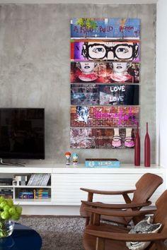 Na sala de estar do apartamento no bairro do Leblon, Rio de Janeiro (RJ), a parede com acabamento que se assemelha ao concreto ganhou cores com a sequência de quadros. Para o projeto de interiores, as arquitetas Roberta Moura, Paula Faria e Luciana Mambrini optaram por peças de design atemporal como o par de poltronas Diz, assinadas por Sergio Rodrigues