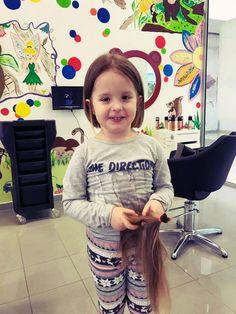 Aj takto môže vyzerať radosť z nového účesu a zároveň i z dobrého skutku.  #detskekadenrictvo #kadernictvotrnava #trnavakadernictvo #strihamedeti #novyuces #vystrihajsaslovensko #dievca #girl #hairstyle #haircut #lovely