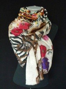 """Linda Lykkes tørklæder er af en helt, helt speciel kvalitet, design og print. Dette skønne tørklæde i et mix af silke og uld er ingen undtagelse. Printet er et såkaldt """"digitalprint"""" som har den effekt at tørklædet i hele sin størrelse har et forskelligt print, det giver en skøn effekt, og det vil være forskelligt for hver gang du bær det. Du får her et allround tørklde som du vil kunne have glæde af i mange år frem."""
