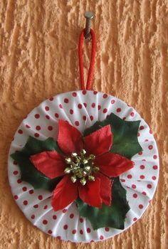Em fuxico de algodão  Rígido  Com aplique de flor de Natal  Cor: branco vermelho e verde
