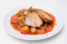 Schweinebraten gegart im Bratschlauch mit grünen Bohnen, Tomaten und Kartoffeln