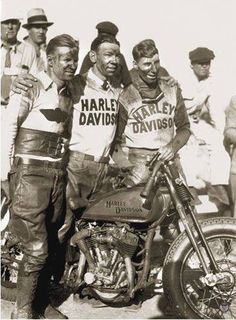 """A """"privateer"""" was a racing bike that was built without the help or sponsorship of the original manufacturer, as opposed to the Harley-Davidson factory race models. The photo was taken at the Ascot Park races in Los Angeles, on September 1935 Harley Davidson History, Classic Harley Davidson, Harley Davidson Chopper, Harley Davidson Motorcycles, Vintage Harley Davidson, Hd Vintage, Vintage Biker, Vintage Racing, Vintage Iron"""