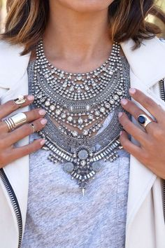Style Guide for Chunky Necklaces. Learn more here --->  #fashion #style #fashionblog #blogging #styletipsChunky necklaces, bold statement necklaces