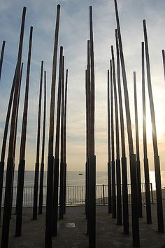 Wind Orgel, Vlissingen, Zeeland.The World Windchime is a sound sculpture consisting of vertically placed bamboo tubes in which holes are made. It stands at the end of the Nolledijk in Flushing . The wind organ is a wind instrument which is played by the wind and produces a variety of sonorous, sometimes a rush humming.