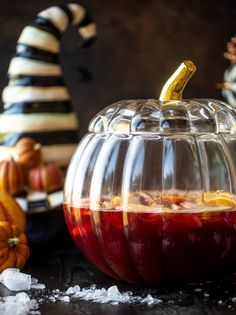 Hocus Pocus Punch - Hocus Pocus Punch Recipe A fun Halloween punch that everyone can enjoy! Hocus pocus punch is full of cider, orange and cranberry and tastes delicious! Alcoholic Punch Recipes, Cocktail Recipes, Dinner Recipes, Cocktails, Halloween Punch, Halloween Treats, Halloween Party, Recipe For Hollandaise Sauce, Apple Cider Sangria