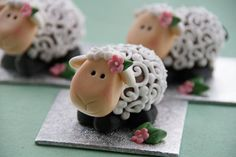 Easter Lamb made from chocolate creme egg Easter Cupcakes, Easter Cookies, Easter Treats, Easter Lamb, Easter Eggs, Easter Food, Easter Stuff, Cupcakes Decorados, Cake Tutorial