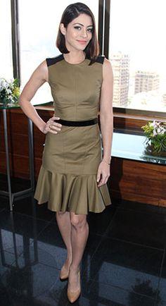 Para a coletiva de imprensa do seu novo filme, O Concurso, Carol Castro optou por vestido clássico verde musgo e preto