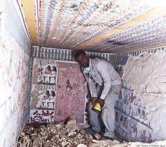 14 descubrimientos arqueológicos asombrosos que tuvieron lugar en 2015 (FOTOS)  Ministry of Antiquity, Egypt Los arqueólogos descubrieron en Egipto dos antiguas tumbas llenas de pinturas cerca de la histórica ciudad de Luxor. Se cree que pertenecieron a la dinastía XVIII del Imperio Nuevo, que gobernó Egipto entre los años 1550 y 1295 a. C.