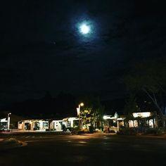 Instagram【a_brooklyn1984】さんの写真をピンしています。 《Night in Sedona.  日中暖かいセドナも、夜はひんやり。 それでニューヨークより断然あたたか。  ホテルのあるフラッグスタッフという街のメイン通りには、飲食店や土産物屋が並びます。  #arizona #antelopecanyon #glencanyon ##horseshoebend #flagstaff #sedona #america #usa #greatamerica #route66 #shorttrip #trip #nature #navajo #アンテロープキャニオン #グレンキャニオン #アリゾナ #セドナ #アメリカ #ルート66 #夜景》