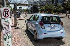 근래 독일 자동차의 지존인 폭스바겐 회사의 디젤 배기 가스 조작 사건으로 많은 미국인들이 전기 자동차에 대해 관심도가 그 어느 때보다도 높아졌다고 자동차 전문 월간지가 보도를 하고 있고 실제 도로 위에는 전기 자동차가 주행을 하고 있는 것을 심심치 않게 볼수가 있습니다. 그런데 문제는 전기 자동차에 대한 지식이 그런 전기 자동차를 선택을 하려는 소비자들에게..