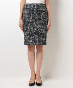 ANAYI ジャガードPTタイトスカート ¥19,440(税込) 表地:ナイロン88%  ポリウレタン12%  裏地:ポリエステル    モノトーンカラーのモダンな模様が、着こなしをスタイリッシュに盛り上げるタイトスカート。すっきりとヒップを包み込むミニマルなサイズ感で、幅広いトップスと相性◎。オフィスにもおススメの1着。