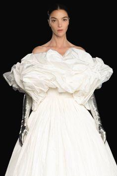 Valentino Couture, Valentino Bridal, Valentino Women, Valentino Garavani, Catwalk Fashion, Fashion Beauty, Fashion Show, Style Couture, Haute Couture Fashion