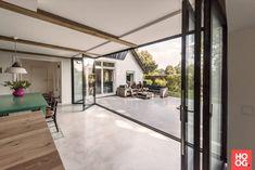 Solarlux - Woonkeuken en terras zijn één - Hoog ■ Exclusieve woon- en tuin inspiratie. Outdoor Living, Outdoor Decor, Sliding Doors, Villa, Backyard, Windows, Architecture, Modern, House
