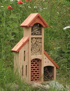 Insektenhotel Insektenhaus Bienenhotel Schmetterlingshaus mit Anbauten Dach rot ☞ want! 🧜‍♀️🐋⚙️Home Decor Project Ideas AND Tutorials🧜‍♀️🐋⚙️ Bug Hotel, Garden Bird Feeders, Mason Bees, Natural Ecosystem, Bee House, Birdhouse Designs, Garden Bugs, Bird Houses Diy, Birds And The Bees