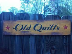 OLD QUILTS primitive folk art sign in by AmericasFrontPorch, $18.00 Primitive Sayings, Primitive Folk Art, Primitive Crafts, Barn Wood Signs, Wooden Signs, Country Signs, Country Decor, Tole Painting, Painting On Wood