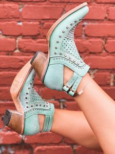 Crazy Shoes, Me Too Shoes, Womens Cowgirl Boots, Cowboy Boots, Cowgirl Baby, Classy And Fabulous, Types Of Fashion Styles, Wedding Shoes, Shoe Boots